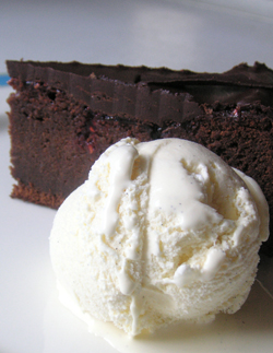 Sachertorte w vanilla ice cream